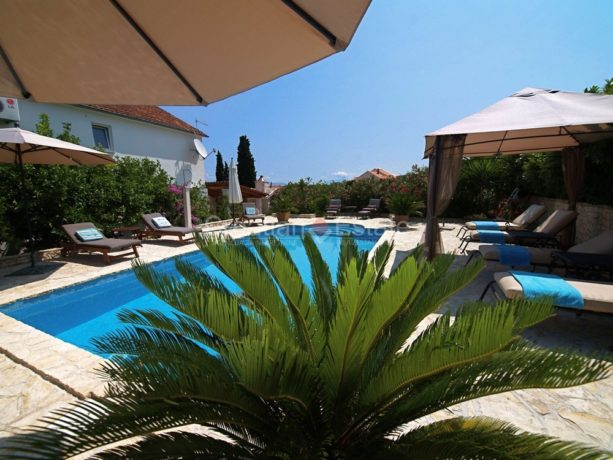 Island Brač, house with pool for sale