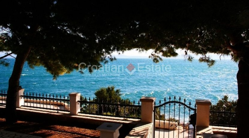 Ciovo Trogir villa for sale seafront sea direct pool (11)