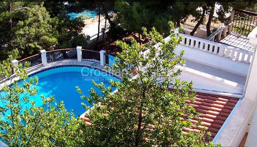 Island Čiovo, seafront villa with pool and jacuzzi for sale
