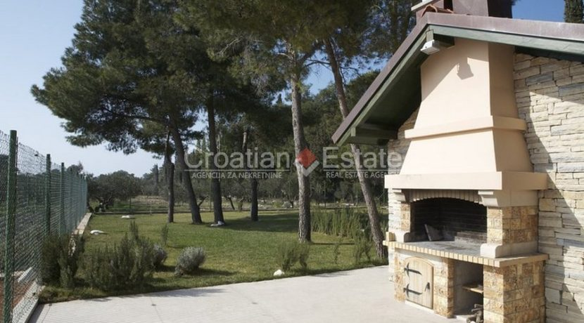 villa with big plot tennis pool privacy brac croatia (10)