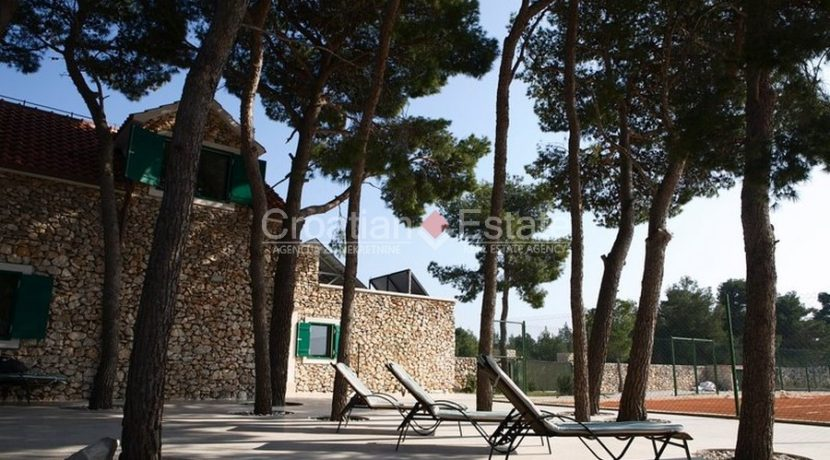 villa with big plot tennis pool privacy brac croatia (4)