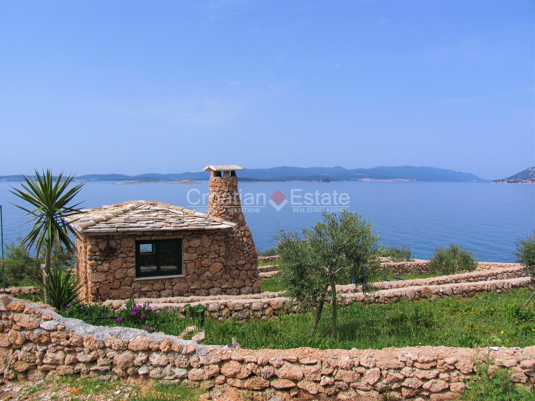 Pelješac, traditional seafront house on a large parcel for sale