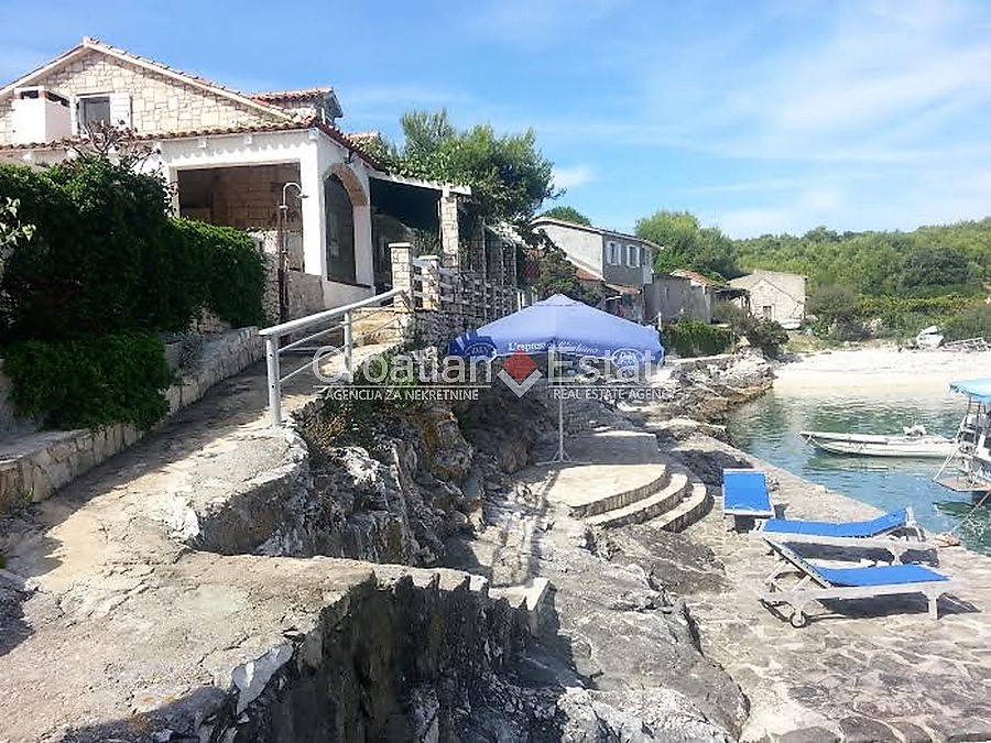 Island Vis, lovely stone house in first row to the sea for sale