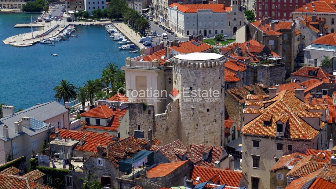 Split – center, business premises with a show-window for sale
